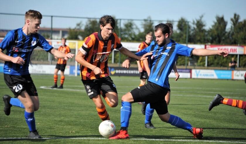 Sem Veeger, uitblinker van de wedstrijd met vijf doelpunten, hier in actie. Foto: Hans ten Brinke