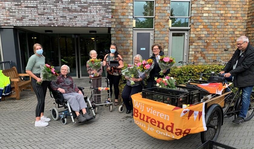 Vrijwilligers van wijkvereniging 't Hooiland gingen met de bakfiets op pad om de bewoners van de Mariënhof een bloemetje te bezorgen in het kader van Burendag 2020. Foto: PR Hooiland