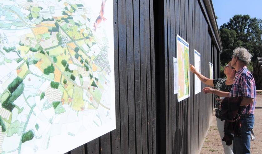 Bewoners van het landgoed Joost Grol en Willemien Steenblik, die er is geboren en getogen, bekijken de presentatie aandachtig. Foto: Contact