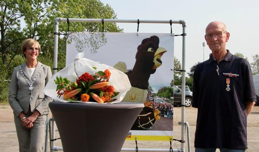 Burgemeester Bronsvoort en de koninklijk onderscheiden Fons te Plate. Foto: PR