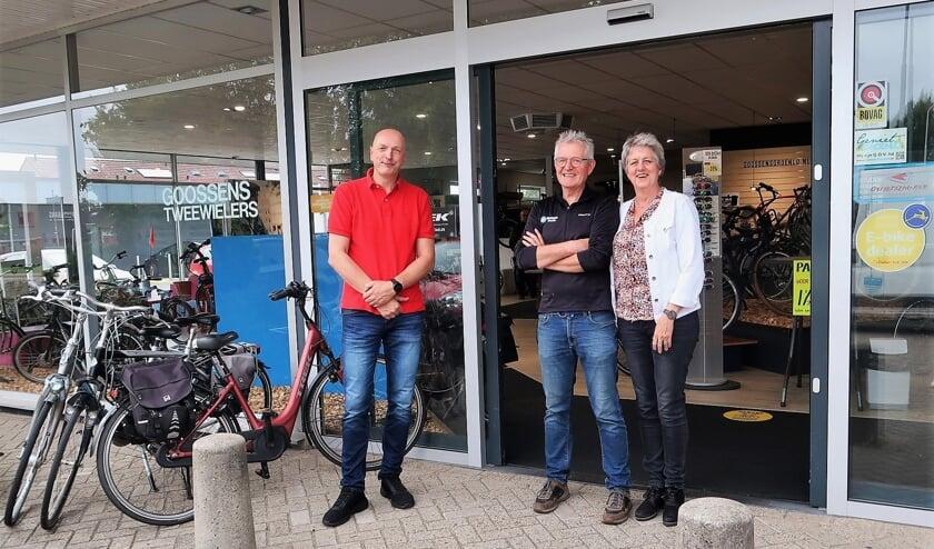Rechts het echtpaar Henk en Carla Goossens en links de nieuwe eigenaar Henk-Jan de Vries. Foto: Theo Huijskes