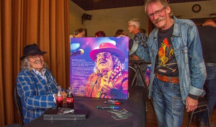 Henk Kelder laat zijn canvas door Bennie Jolink signeren. Foto: Liesbeth Spaansen