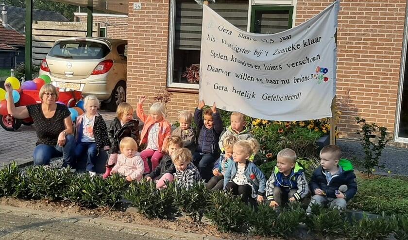 De kinderen met het felicitatiespandoek voor juf Gera. Foto: PR