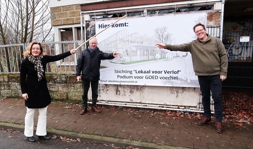 <p>Samen met Daan den Older (midden) en Ben Freriks (rechts) overhandigt wethouder Marieke Frank de sleutel voor de metamorfose van het voormalige Caf&eacute; Arink. Foto: Theo Huijskes</p>