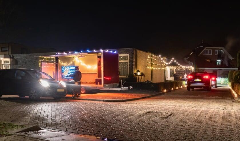 <p>Heel wat mensen sturen hun auto deze weken langs de Winterkost Afhaalpost van Ons Huis in Hengelo. Foto: Patrick Riethorst</p>