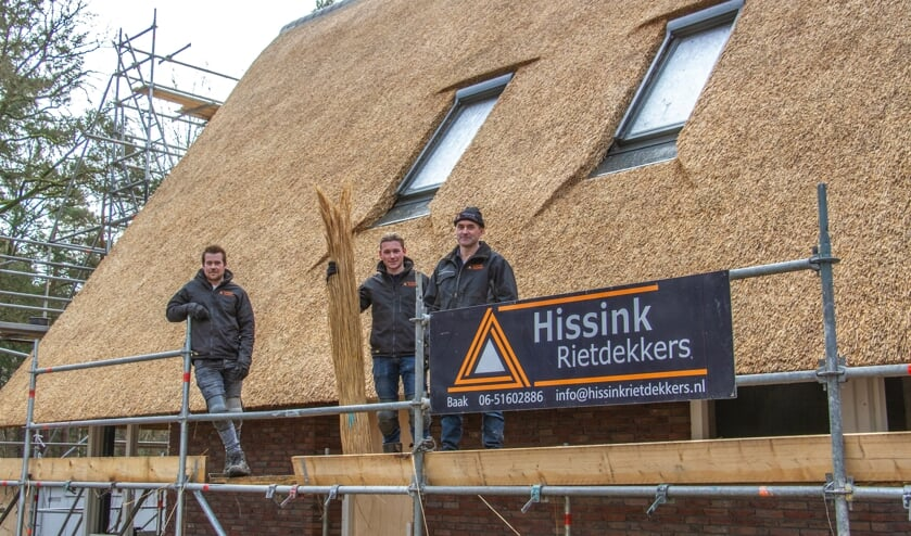 <p>Nick, Stijn en René Franken van Hissink Rietdekkers hebben de rieten kap van Huis Reebok gerealiseerd. Foto: Liesbeth Spaansen</p>