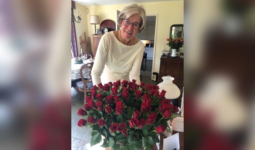<p>Tineke Roorda, op haar 76ste verjaardag door haar man Sjoerd verblijd met 76 rozen. Eigen foto</p>
