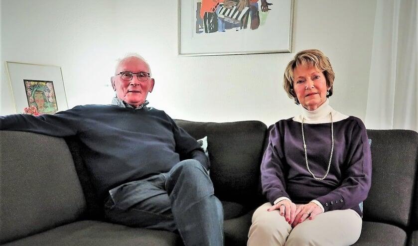 <p>Niek en Leny Beurskens in hun appartement in Groenlo. Foto: Theo Huijskes</p>