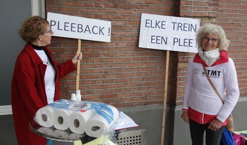 <p>Greetje van Amstel (rechts) tijdens een handtekeningenactie op station Winterswijk. Foto: Clemens Bielen</p>