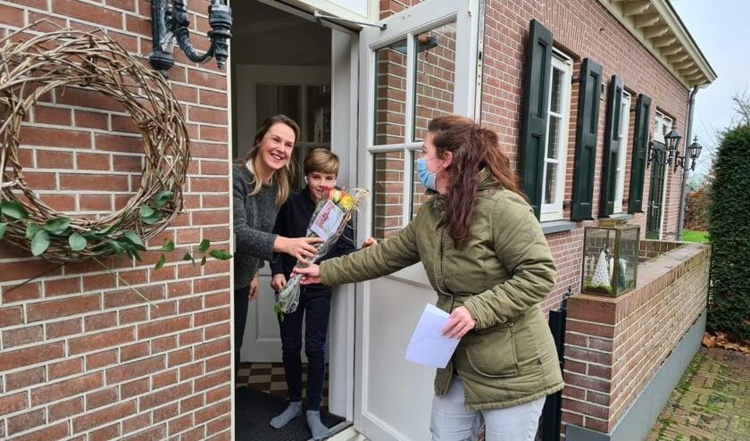 <p>Het team van de school ging bij ouders en kinderen langs met een verrassing. Foto: PR</p>