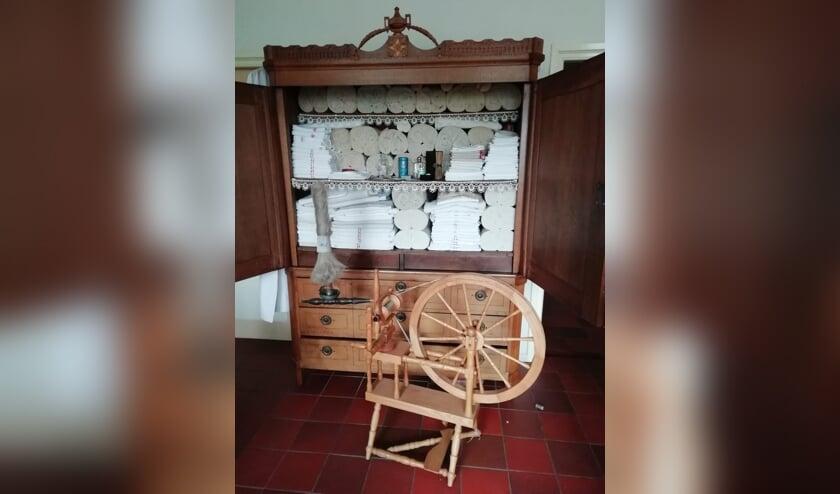 Vlasrokken voor de open linnenkast. Foto: PR