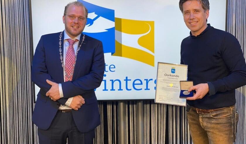 <p>Hendrik-Jan Mensink ontvangt de erepenning van de gemeente. Foto: PR Gemeente Winterswijk</p>