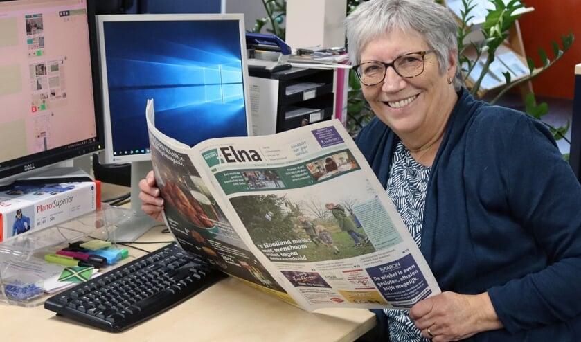 Betsie Weikamp op haar vertrouwde werkplek bij Achterhoek Nieuws in Lichtenvoorde met haar vertrouwde krant. Foto: Gerwin Nijkamp