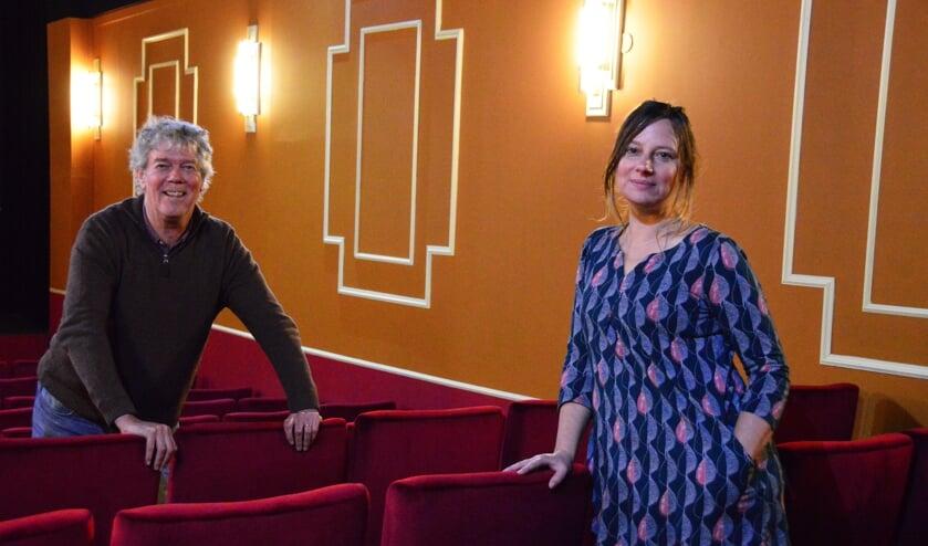 <p>Hans Heesen en Helmie Stil verheugen zich op het Po&euml;zie Filmfestival dat op zaterdag 6 november plaatsvindt in Filmhuis Luxor in Zutphen. Foto: Alize Hillebrink</p>