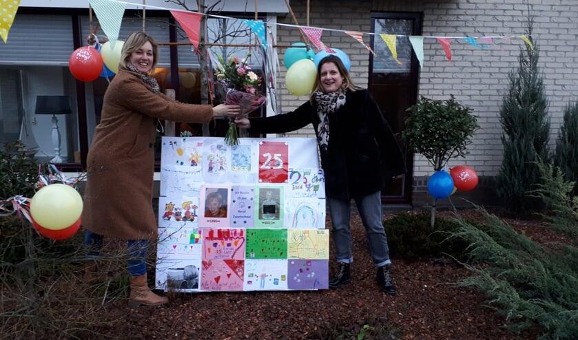 <p>Nic&ocirc;le te Plate (l) krijgt &nbsp;van Mardine van der Spoel een mooi boeket bloemen. Foto: PR</p>