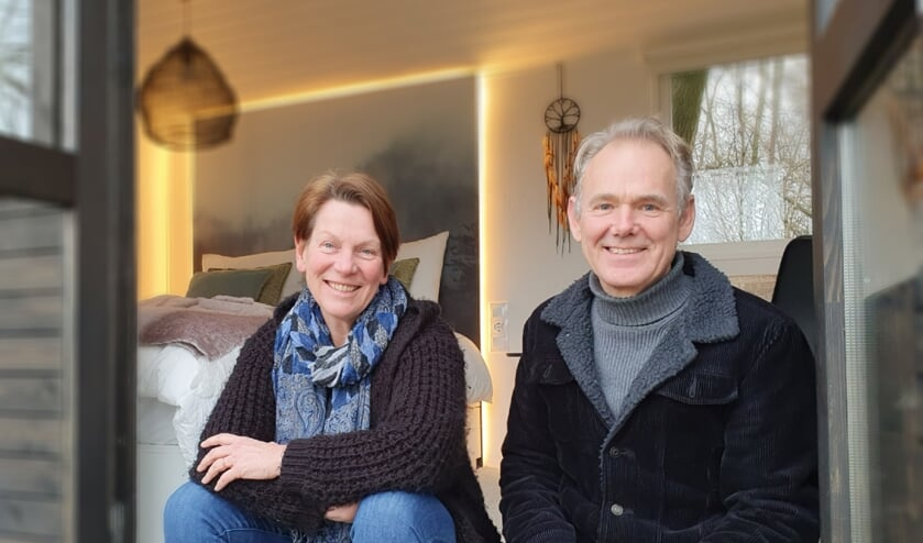<p>Carolien Beijer en Leo Teunissen bij hun Tiny House on wheels Into the Dream waarin, vanaf de gereedkoming half december, al veel gasten een fijn verblijf hebben ervaren. Foto: Alice Rouwhorst</p>