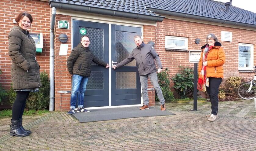De 'oude' en de nieuwe aanspreekpunten voor D'n Heurnsen Tref bij de overdracht van de sleutels.  Foto: PR