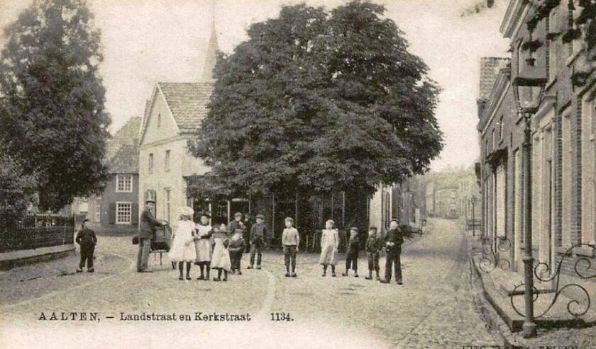<p>Kinderschare voor het pand Rathmer in Aalten. Collectie: Leo van der Linde</p>