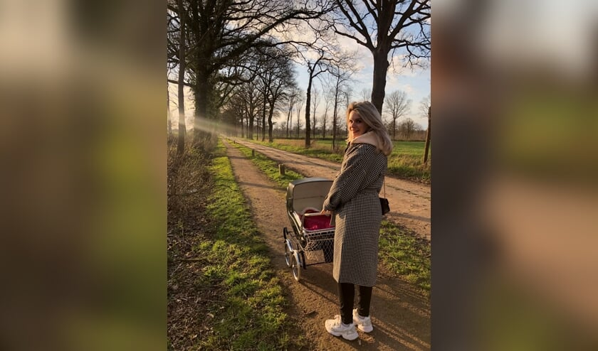<p>Hanneke van der Werf aan de wandel met haar dochtertje in het buitengebied van Rekken.</p>