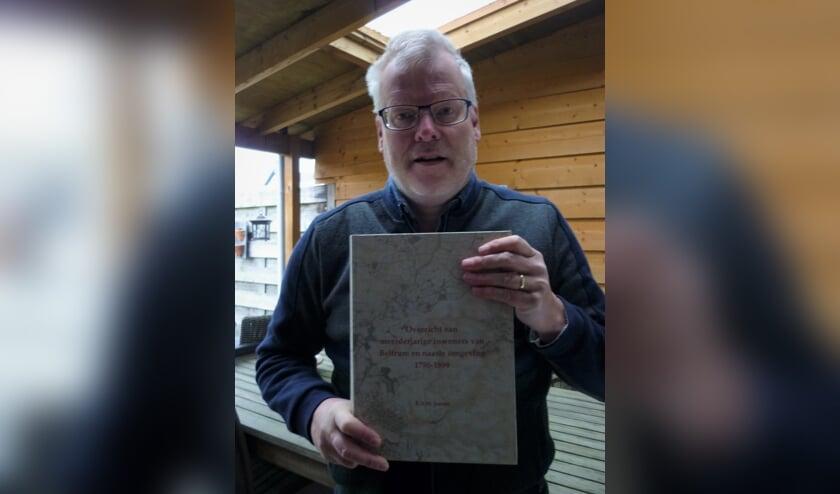 Ronald Jansen met het naslagwerk in zijn handen.