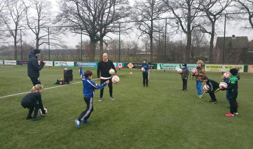 Rowdy Heinen tijdens de clinic met een aantal jeugdspeler van Sportclub Meddo. Foto: Bart Kraan