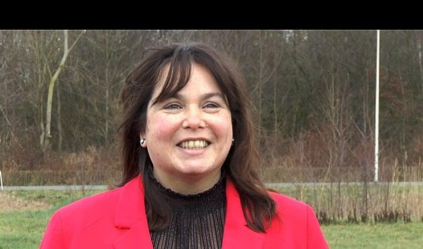 <p>Wethouder Elvira Schepers, met op de achtergrond het toekomstige Park Achterhoek. Foto: RTV Slingeland</p>