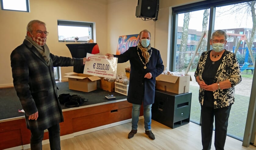Burgemeester Bengevoord overhandigde vrijdag de cheque. Foto: PR Gemeente Winterswijk
