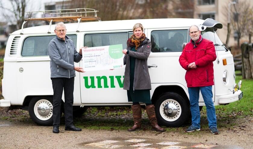 <p>V.l.n.r.: Harry Spekschoor (ledenraad Univ&eacute; Oost), Mechteld van Doorn-Beemer (secretaris Stichting Park de Bleijke) en Gerard Berenbroek. Foto: Univ&eacute; Oost</p>