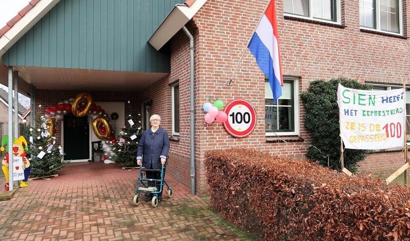 De 100-jarige Sien Blokhuis-Brunninkhuis voor haar woning in Groenlo. Foto: Theo Huijskes