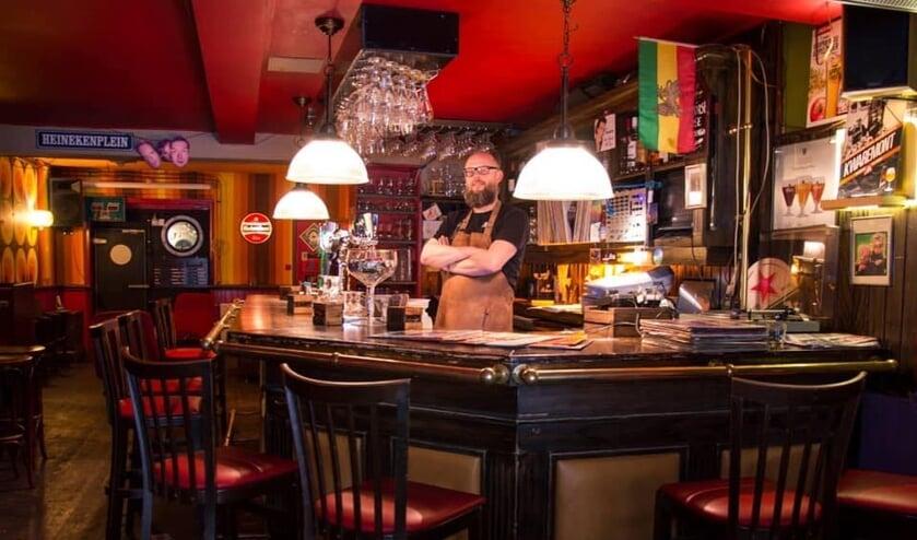 <p>Bert van Tuijl achter de bar van caf&eacute; La Touche. Foto: Lennart Stolte</p>