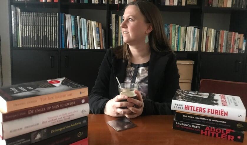 <p>Leonie Holweg voor haar boekenkast. Foto: Barbara Pavinati</p>