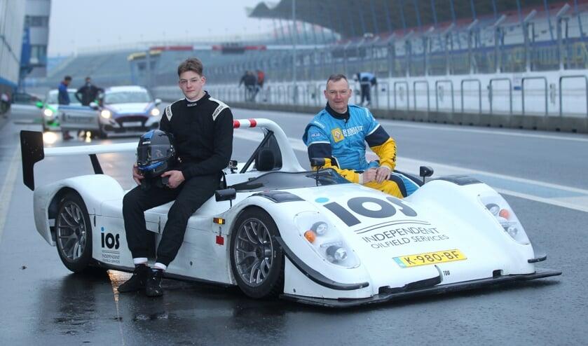 <p>Zo vader zo zoon: Alex van Loenen (rechts) met zoon Bastiaan. Foto: Bas Kaligis/RaceXpress.nl</p>
