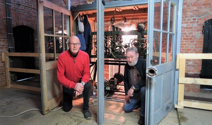 <p>Laurens Kolkman (links) en Andr&eacute; Papen bij het torenuurwerk in de Zieuwentse kerk. Foto: Theo Huijskes</p>