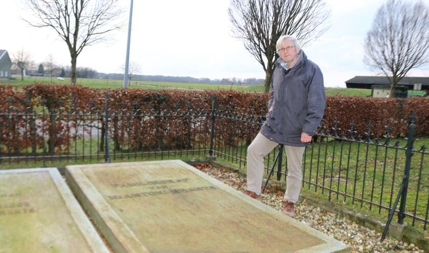 <p>Henk Hietbrink bij het graf van Brants waar een metalen deksel de grafkelder afdekt. Foto: Arjen Dieperink</p>