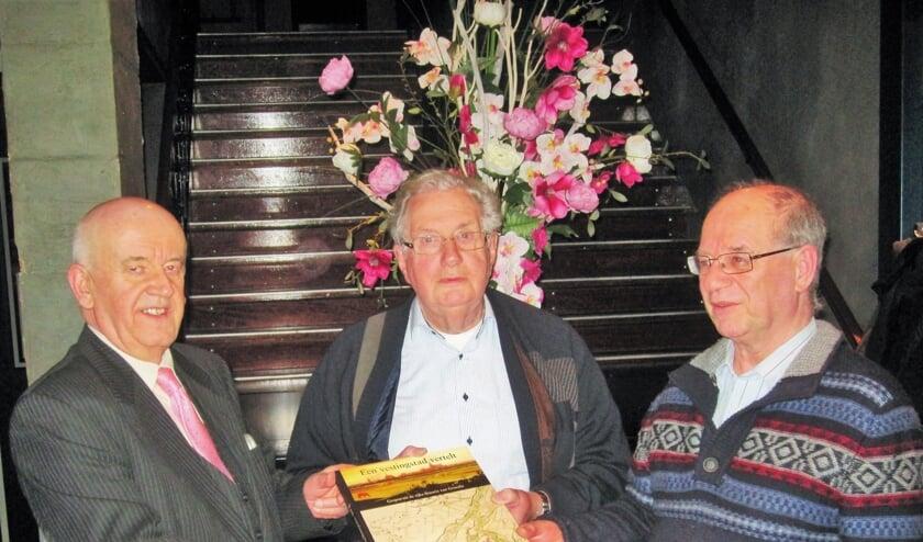 <p>Wijlen Joep van der Pluijm (midden) presenteert zijn boek 'Een vestingstad vertelt' bij het 40-jarig bestaan van de OVG in 2016. Foto: Theo Huijskes</p>