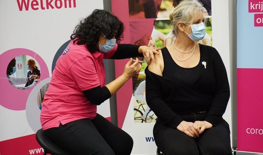 <p>Linda Hiddink, specialist ouderengeneeskunde bij Sensire, krijgt haar eerste coronaprik. Foto: GGD Noord- en Oost-Gelderland&nbsp;</p>