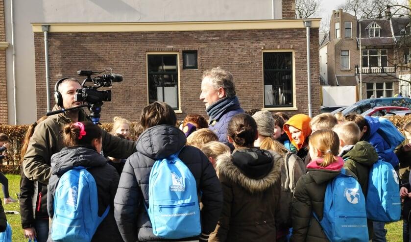 <p>Jos van den Mosselaar te midden van scholieren tijdens &#39;Wandelen voor Water&#39;. Foto: PR</p>