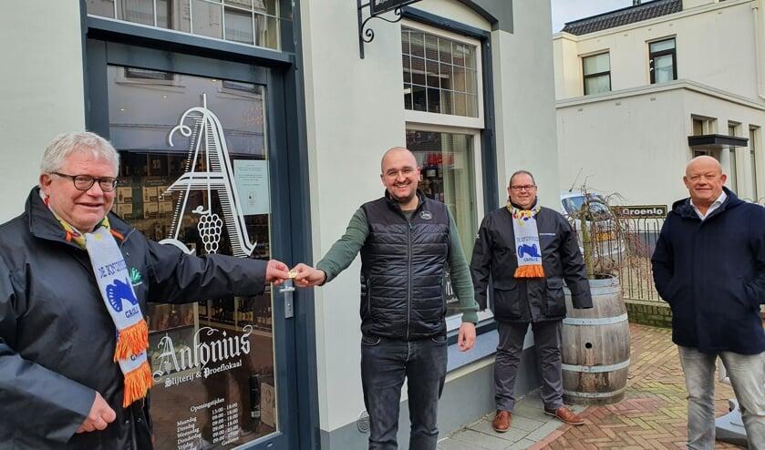 <p>Wilko Poortman overhandigt Thomas Wallerbosch de KAPSTOK pin 2021. Daarachter Frank Beurskens (links) en Aloys te Braake. Foto: Henri Walterbos</p>