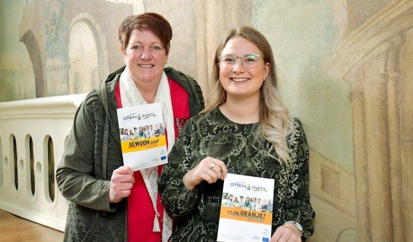 <p>Carola Schroer (links) en Antonia Corneli&szlig;en van het GrensInfoPunt van de Euregio Rijn-Waal. Foto: R&uuml;diger Dehnen</p>