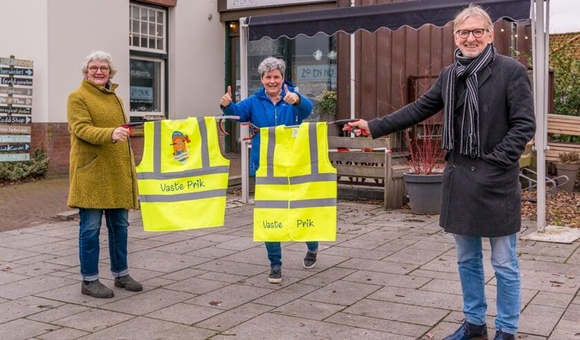 <p>Overdracht van de nieuwe hesjes door Jan Haan, namens de Odd Fellows aan Geeskemaria Visser (l) en Irma Krommenhoek, organisatoren van Vaste Prik. Het logo is ontworpen door Yelitza Jansen. Foto: Janneke Roelofs</p>
