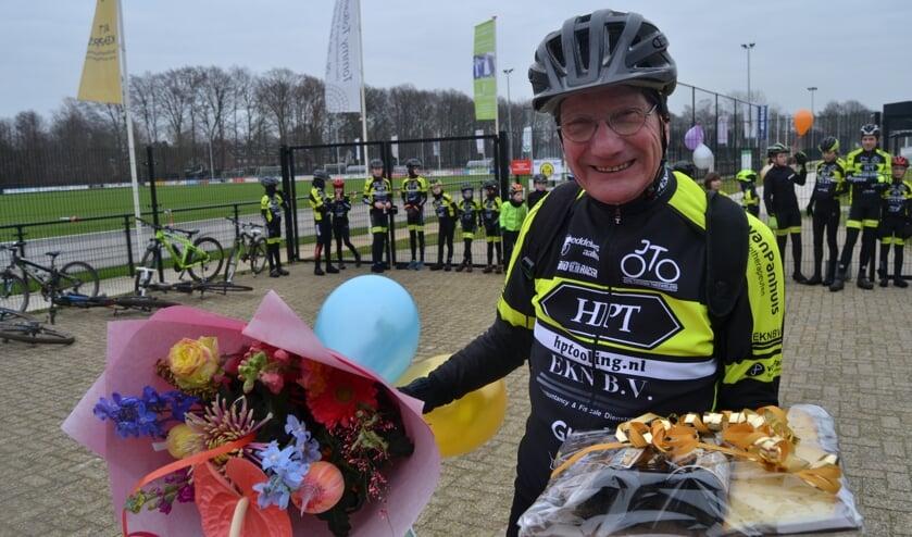 Jan Hoftijzer toont breed lachend zijn cadeaus, op de achtergrond de jeugdige Peddelaars. Foto: Karin Stronks