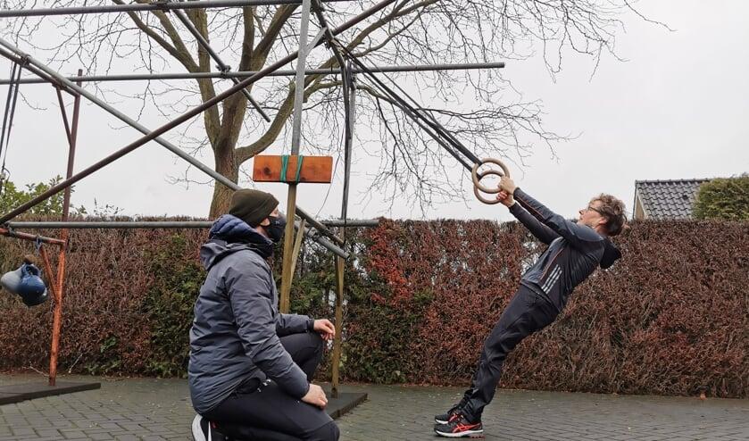 <p>Een pittige training onder begeleiding van Floris Dinkelman op de parkeerplaats bij FloFit in Barchem. Foto: eigen foto</p>