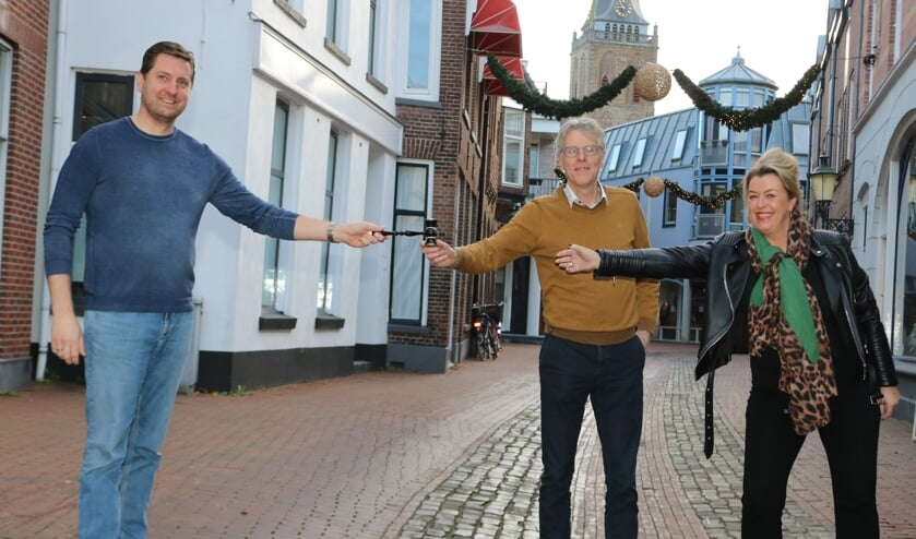 <p>Jaap Matthijssen (l) geeft in het bijzijn van de Berkelbode de voorzittershamer over aan Theo Vloedgraaf en vicevoorzitter Hugolien Nobel. Foto: Arjen Dieperink</p>