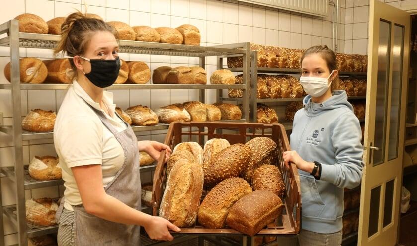 <p>Terwijl Anna (l) en Sara (r) druk in de bakkerij zijn, is hun vader Dick ten Broeke in de winkel het brood aan het verkopen. Foto: Arjen Dieperink</p>
