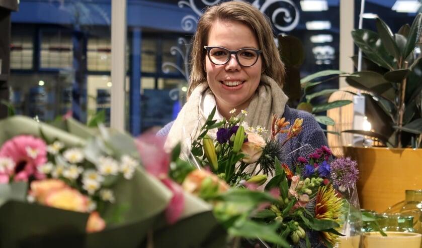 <p>Werken tussen de bloemen doet Tessa Vossers al jaren, nu heeft ze haar eigen bloemenzaak. Foto: Luuk Stam</p>