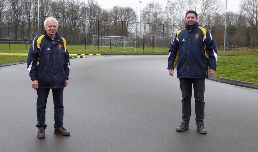 <p>Henk Somsen (l) en Ruben Heideman op de nieuwe asfaltbaan in Aalten. Foto: Rob Weeber</p>