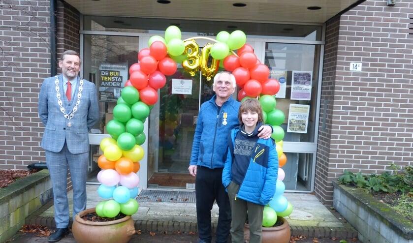 "Burgemeester Anton Stapelkamp met ""ridder""Hans de Beukelaer en diens zoon Joost. Foto: Bernhard Harfsterkamp"