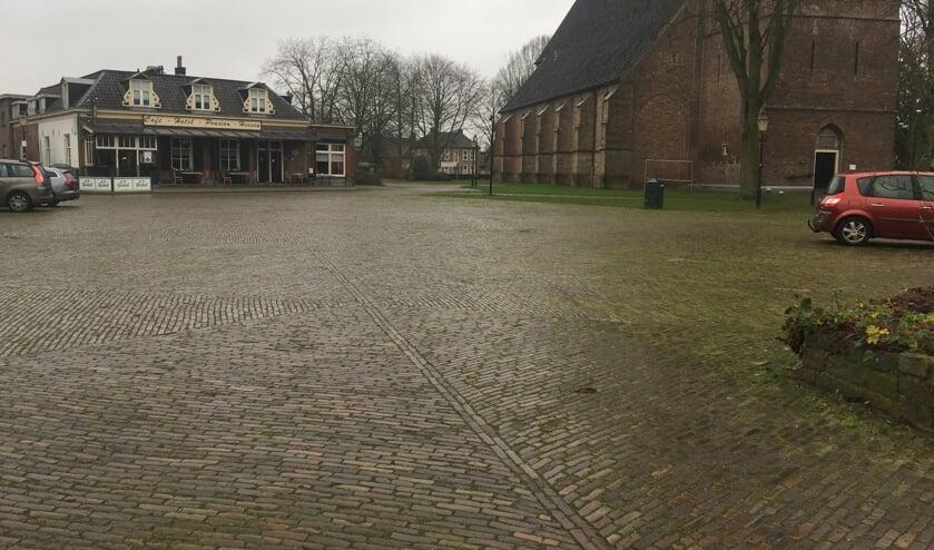 <p>Het Marktplein in Steenderen in dringend toe aan groot onderhoud. Foto: Martin Nieuwenhuis</p>