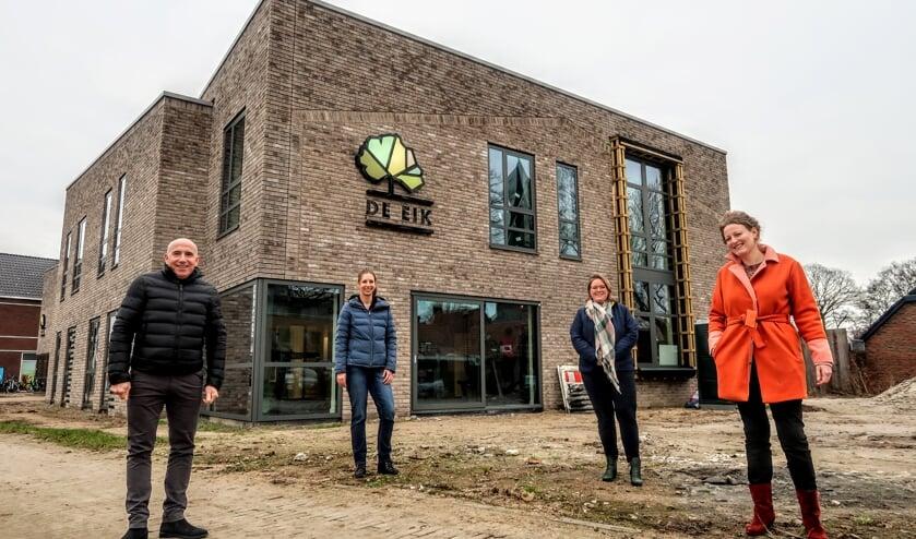 <p>Fysiotherapeut Ton van Walstijn en huisartsen Sabine Janssen, Petra Gerritsen en Gerjo Steeneveld (v.l.n.r.) Foto: Luuk Stam</p>