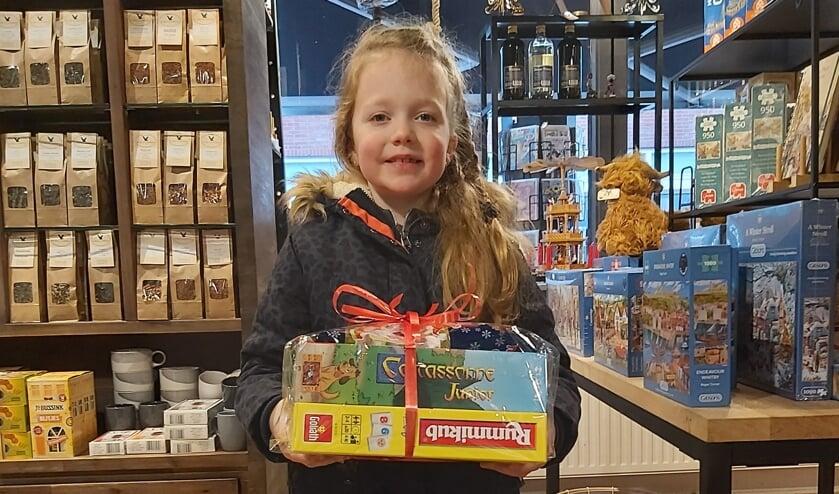 <p>Winnaar van de kerstballenactie in de categorie kinderen werd Puck Roosenboom uit Neede. Foto: PR</p>